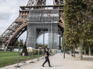 Eiffel tower evacuation after a bomb alert